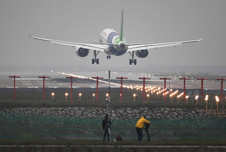 В Китае поднялся в небо первый пассажирский самолет собственного производства