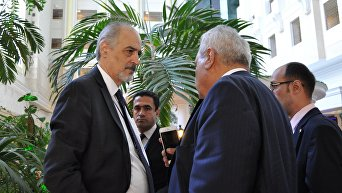 Постоянный представитель Сирии в ООН Башар аль-Джаафари (слева) во время встречи по Сирии в Астане