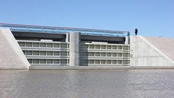 Стационарная бетонная дамба на Северо-Крымском канале в Херсонской области