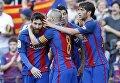 Игроки Барселоны радуются забитому голу в матче с Вильярреалом