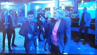 Марин Ле Пен танцует со своими сторонниками