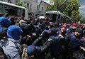 Столкновение между молодыми людьми, которые пытались не пропустить участников марша, и правоохранителями у офиса ОУН во время шествия участников марша памяти и уважения Никто не забыт, ничто не забыто