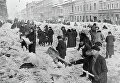 Расчистка улиц после первой блокадной зимы в Ленинграде