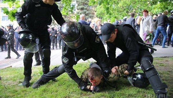 Правоохранители задерживают нарушителя порядка во время Марша Победы в Днепре