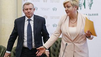 Глава НБУ Валерия Гонтарева и Яков Смолий на пресс-конференции в Киеве