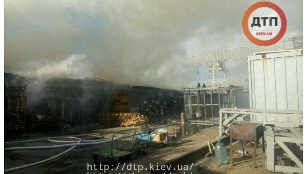 В Киеве возле Дарницкого рынка возник пожар в складских помещениях