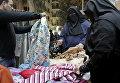 Ситуация в Каире: женщины выбирают одежду на рынке. Архивное фото