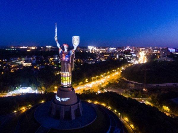 Родину-мать одели в украинские национальные костюмы