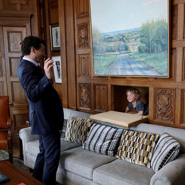 Трюдо пришел на работу с трехлетним сыном