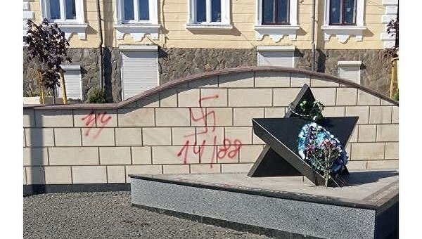 В Черновцах на памятнике жертвам еврейского гетто нарисовали свастику