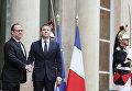 Президент Франции Франсуа Олланд (слева) и избранный президент Франции Эммануэль Макрон на церемонии инаугурации Эммануэля Макрона в Париже