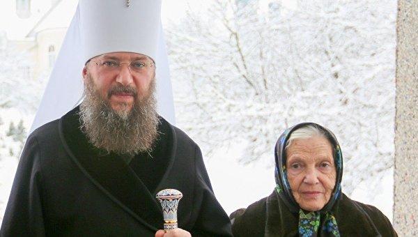 Управляющий делами Украинской Православной Церкви митрополит Антоний (Паканич) со своей матерью