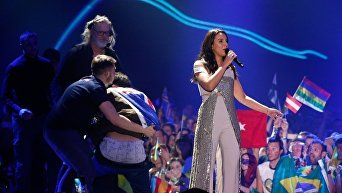 Во время выступления Джамалы на сцену вышел завернутый во флаг Австралии фанат и снял штаны, во время финала международного песенного конкурса Евровидение-2017