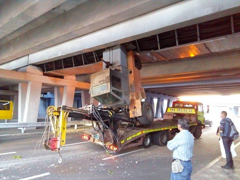 В столице эвакуатор протаранил мост метро