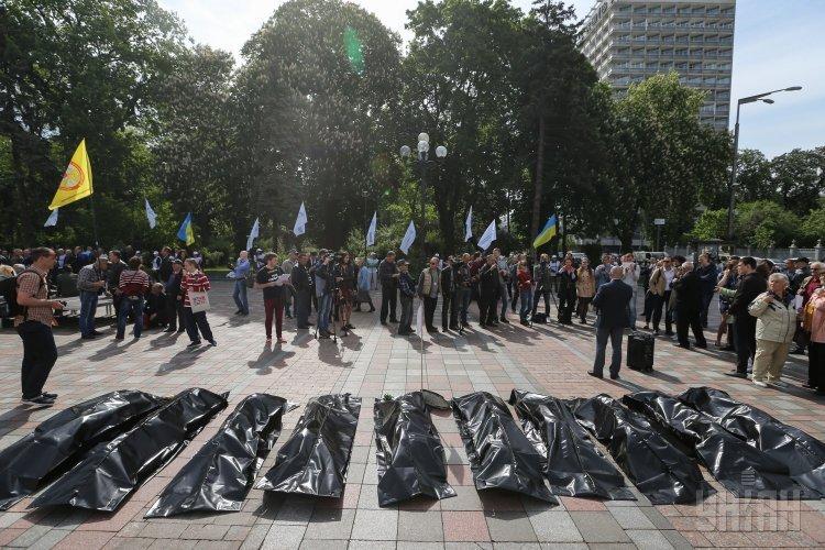 Инсталляция с жертвами ДТП во время акции Внимание! Аварийно опасная Украина возле Верховной Рады Украины