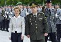 Министр обороны Германии Урсула фон дер Лейен (слева) принимает в Берлине своего украинского коллегу Степана Полторака