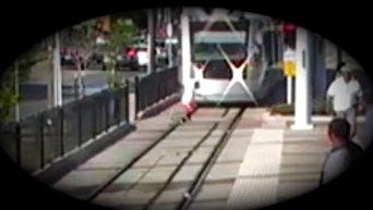 Дети бегают перед поездом в метро Хьюстона