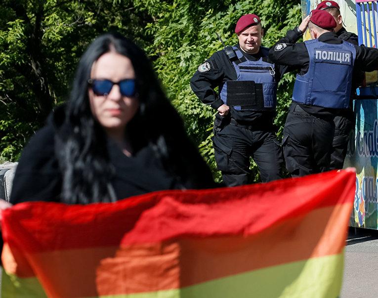 Международный день борьбы с гомофобией: в центре Киева провели акцию с флагами ЛГБТ