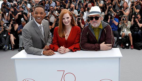 70-й Каннский кинофестиваль, фотосессия жюри - режиссер Педро Альмодовар, актеры Джессика Честейн и Уилл Смит.