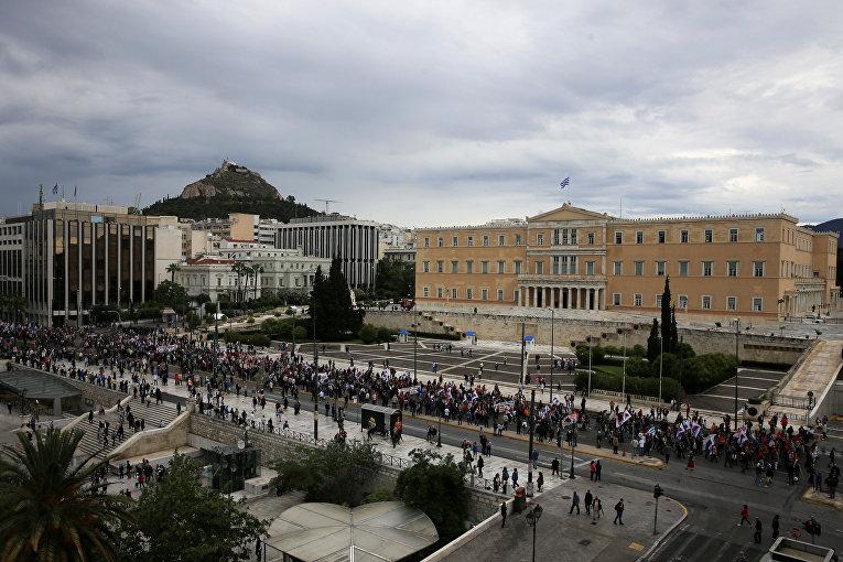 В Греции продолжилась массовая забастовка против проведения экстренных экономических реформ под контролем внешних кредиторов. Забастовка приведет к отмене или задержке авиарейсов, паромного сообщения и функционирования общественного транспорта.