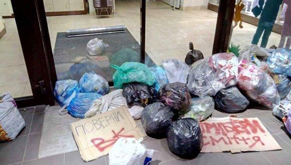 Во Львове магазин Roshen забросали мусором