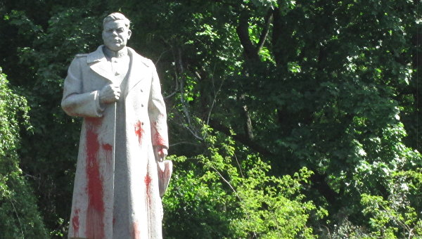 Памятник Ватутину в Киеве облили краской