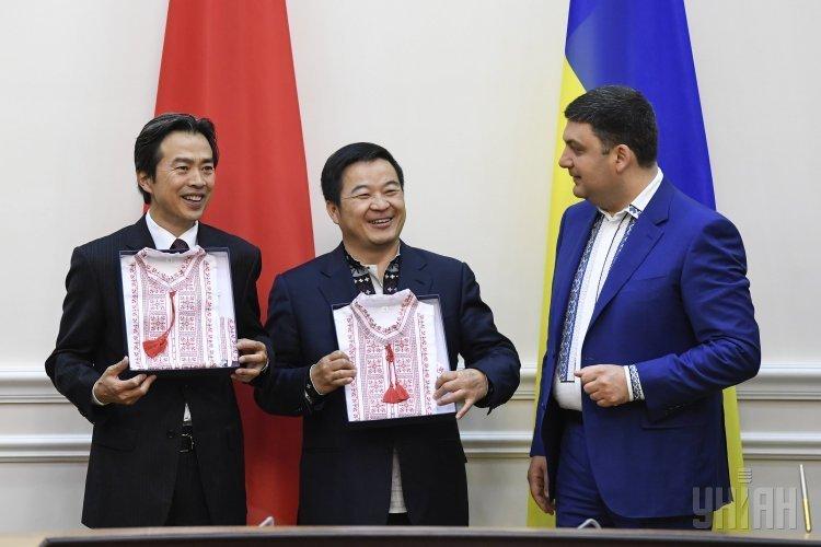 Премьер-министр Украины Владимир Гройсман и чрезвычайный и полномочный посол Китайской Народной Республики в Украине Ду Вэй (слева) после подписания контракта между Администрацией морских портов Украины и компанией China Harbour Engineering Company Ltd.