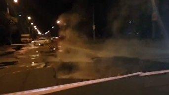 Провал асфальта на пр-те Героев Сталинграда в Киеве. Видео