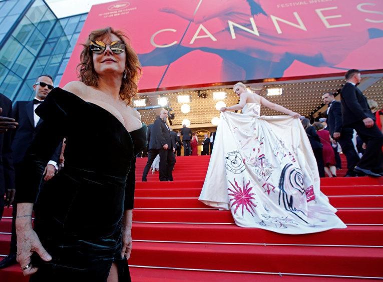 Актрисы Сьюзен Сарандон и Эль Фаннинг на церемонии открытия 70-го Каннского международного кинофестиваля