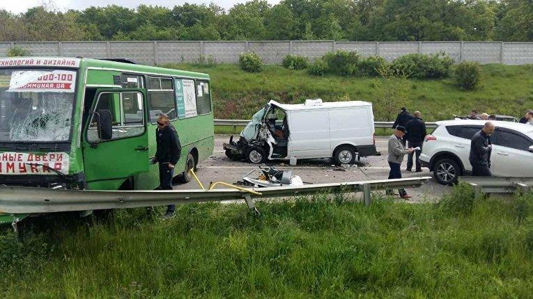 Под Харьковом иномарка влетела в два авто и автобус
