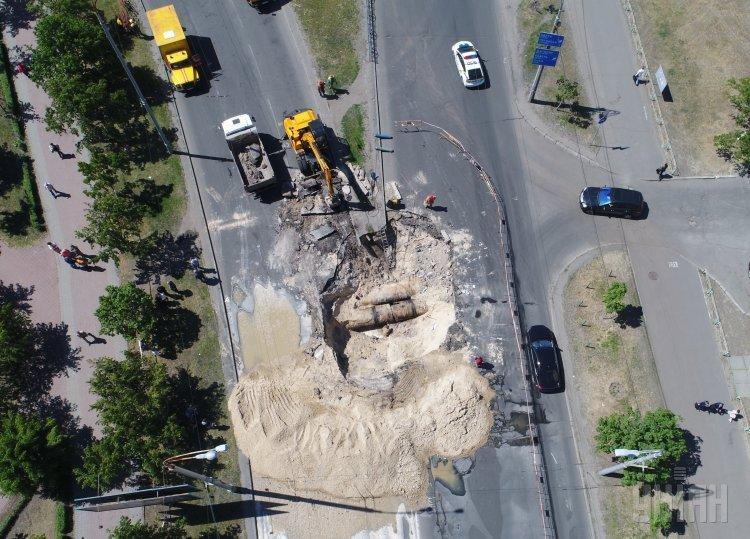 В Киеве на Оболони из-за прорыва теплотрассы на дороге образовался котлован