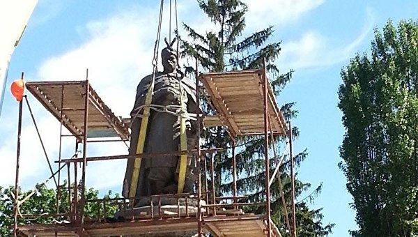 Памятник Хмельницкому в Чернигове развернули спиной к Москве