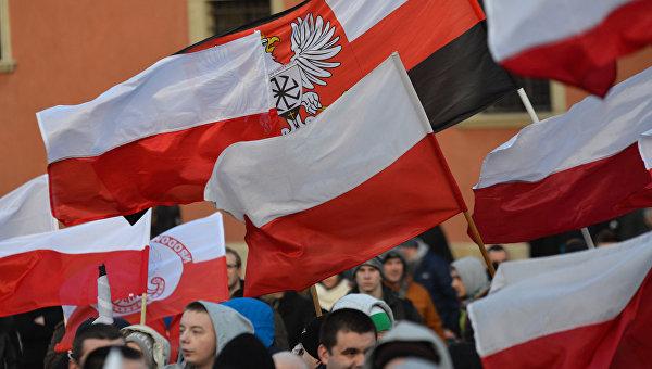 Флаги Польши. Архивное фото