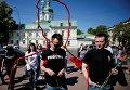 Участники торжественной церемонии возле памятника памяти жертв СПИДа в Киеве