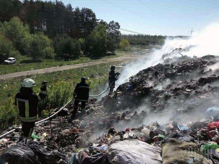 Спасатели тушат пожар на свалке в Киевской области