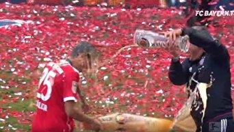 Бавария отметила победу в чемпионате Германии пивным душем. Видео