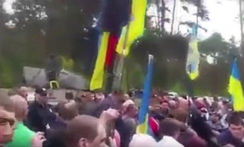 Под крики Позор, Брехло и Ганьба Порошенко покинул мемориальный комплекс. Видео