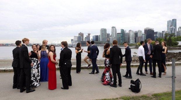 Джастин Трюдо случайно принял участие вфотосессии ванкуверских выпускников