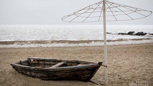 Лодка на фоне моря. Архивное фото