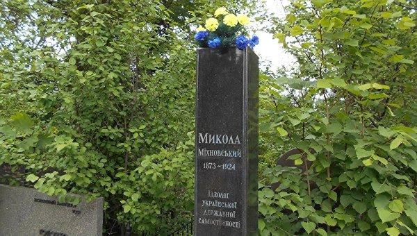 Украденный бюст Николая Михновского на Байковом кладбище в Киеве