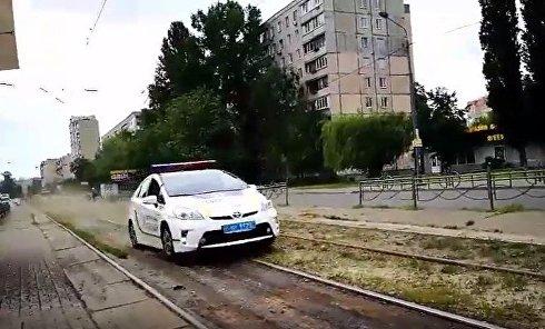 В Киеве полицейские проехали по трамвайным путям