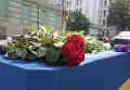 Киевляне несут цветы к посольству Великобритании