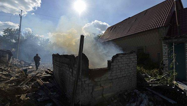 Поврежденный обстрелами дом в Авдеевке