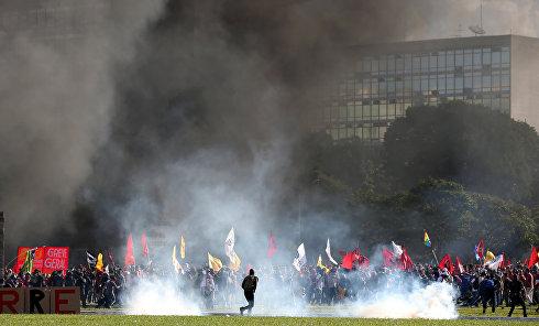 Массовые беспорядки в Бразилии: оппозиция требует отставки президента