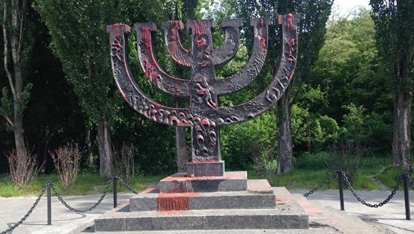 Оскверненный памятник Менора