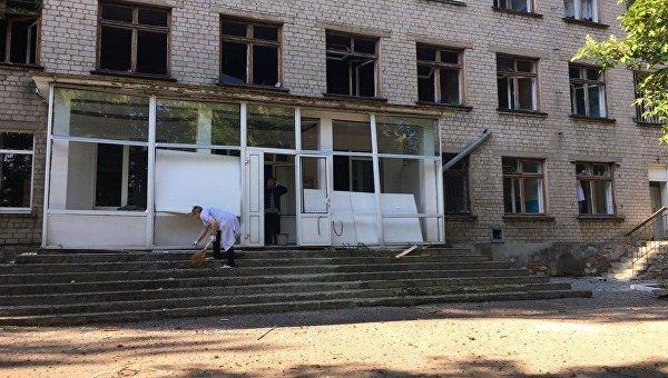 Боевики обстреливают Красногоровку: снаряды попадают вжилой сектор