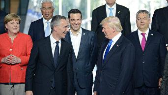 Генсек НАТО Йенс Столтенберг и президент США Дональд Трамп (слева направо на первом плане). Архивное фото