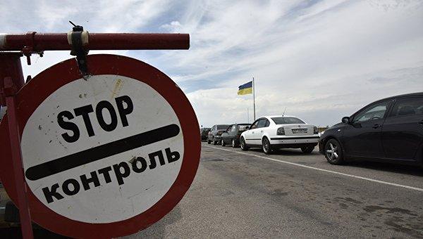 Автомобили на пункте пропуска Джанкой на границе Крыма и Украины.