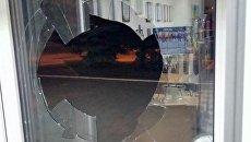 В Краматорске неизвестные разгромили вход в офис телеканала
