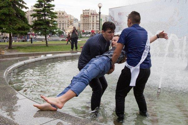 Киевские выпускники купаются в фонтанах